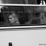 pasażer komunikacja miejska kobieta deszcz deszczowa pogoda autobus burza