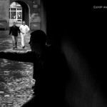 społeczeństwo brama dziecdi zabawa chłopcy płock kamienica podwórko